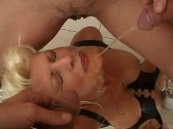 Festival de golden showers pour une belle milf blonde