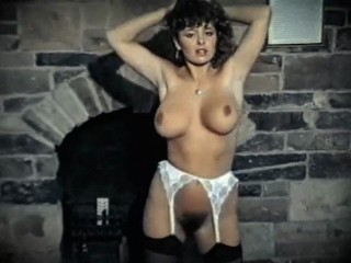Une belle brune bien chaude des eighties en striptease