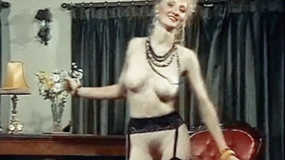 Séquence vintage d'une blonde en train de faire un strip-tease...